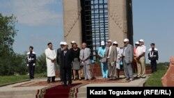 Участники поминовения жертв политических репрессий у мемориального комплекса на месте массовых захоронений жертв политических репрессий, близ поселка Жаналык Алматинской области. 31 мая 2015 года.