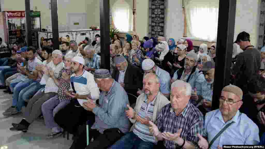 Збори закінчуються традиційно молитвою