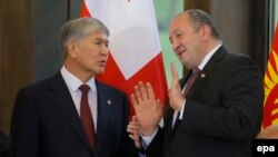 Kyrgyz President Almazbek Atambaev (left) speaks with his Georgian counterpart Giorgi Margvelashvili in Tbilisi on October 13.