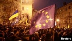 Kiev - Protestuesit kanë kaluar edhe një natë në të ftohtë para ndërtesës qeveritare, në kërkim të dorëheqjes së qeverisë, 4 dhjetor 2013