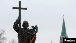 Памятник Великому князю Владимиру у стен Кремля.