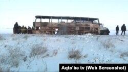 Остов сгоревшего автобуса на трассе в Актюбинской области. 18 января 2018 года.