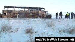 Полицейские у сгоревшего автобуса на трассе в Актюбинской области. 18 января 2018 года.