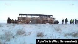 Полицейские у сгоревшего автобуса на трассе в Актюбинской области Казахстана. 18 января 2018 года.