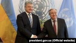 უკრაინის პრეზიდენტი პეტრო პოროშენკო (მარცხნივ) და გაეროს გენერალური მდივანი ანტონიო გუტერეში.