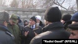Во время переговоров с жителями Чоркуха в Исфаре после очередного приграничного конфликта