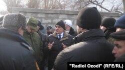 2013 год. Джумабой Сангинов, зампред Согда, беседеует с населением Чорку после приграничного инцидента