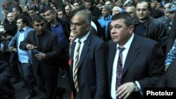 Armenia - Vladimir Gasparian (R), chief of the Armenian police, escorts opposition leader Raffi Hovannisian and his supporters during an opposition march in Yerevan, 9April2013.