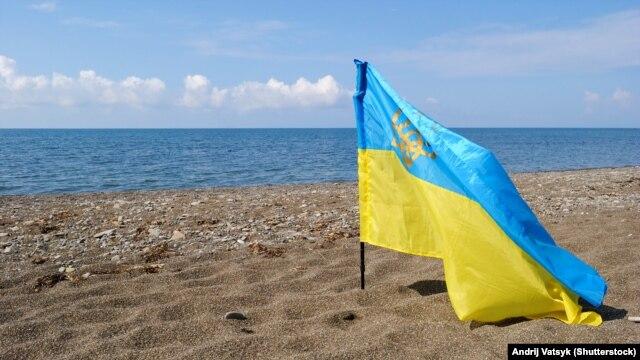 Украинский флаг на крымском побережье
