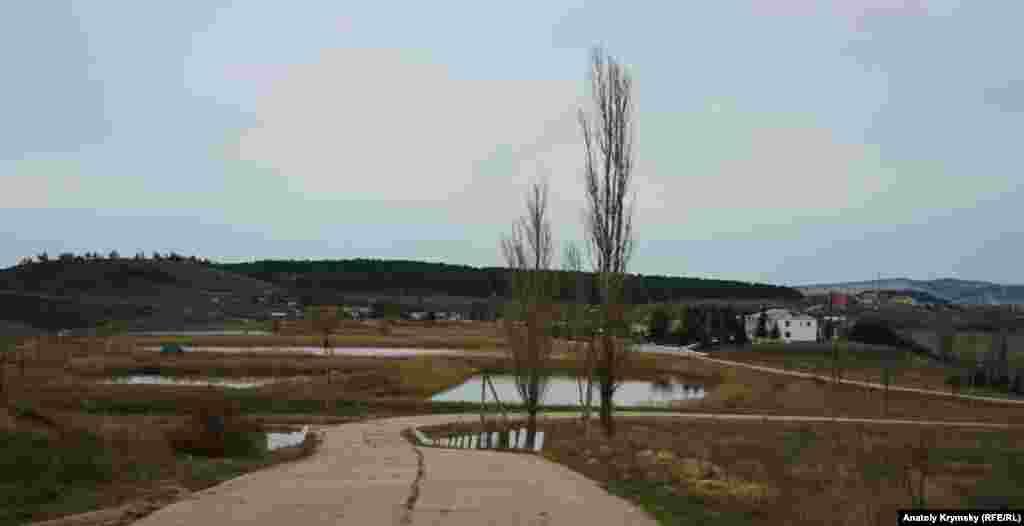 І повністю відповідає назві: зі зворотного боку вулиці тягнеться каскад ставків, в яких Роскомвод розводить рибу.