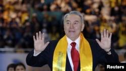 """Президент Казахстана Нурсултан Назарбаев приветствует своих сторонников на встрече с членами президентской партии """"Нур Отан"""". Астана, 4 апреля 2011 года."""