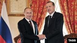 Ресей президенті Владимир Путин (сол жақта) және Түркия президенті Режеп Тайып Ердоғанның Стамбулдағы кездесуі. 3 желтоқсан 2012 жыл. (Көрнекі сурет)