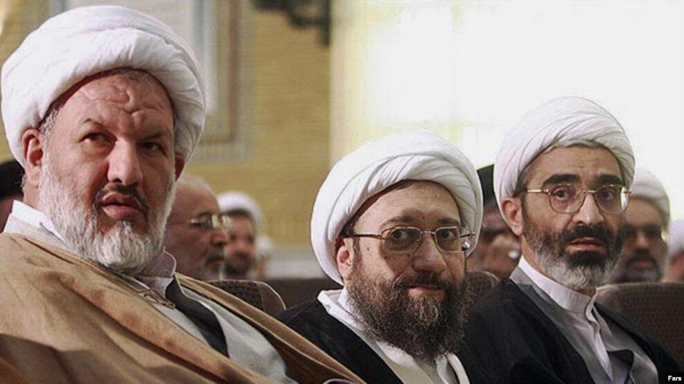 صادق لاریجانی، رئیس دستگاه قضایی در کنار علی رازینی (چپ)