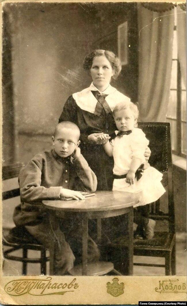 Разам з маці і малодшай сястрой Яўгеніяй падчас бежанства ў г. Казлове (Мічурынску)