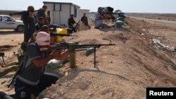 """مقاتلون من العشائر في مواجهة مع مسلحي """"داعش"""""""