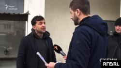 Володимир Зеленський спілкується з журналістом «Схем» біля свого офісу