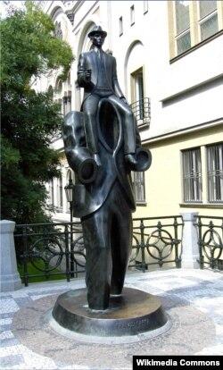 Çexiyanın paytaxtı Praqada Kafkaya qoyulmuş heykəl