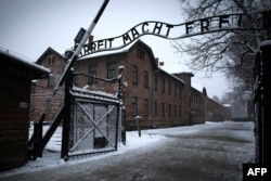 """Ворота бывшего концлагеря """"Аушвиц-Биркенау"""" с нацистским лозунгом """"Работа делает свободным"""""""