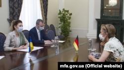 Посол Германии в Украине Анка Фельдгузен (справа) и первый заместителем министра иностранных дел Украины Эмине Джеппар (слева)
