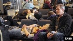 Пассажиры отмененных рейсов в аэропорту Шереметьево.