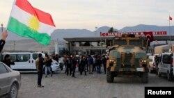 """Түрік әскерилері ел аумағы арқылы Ирак күрдтерінің """"Пешмерга"""" жасағын алып барады. Түркия, 29 қазан 2014 жыл."""