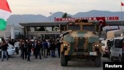 Pamje nga kufiri që ndan Turqinë me Sirinë, prej nga po depërtojnë kurdët në Kobani