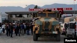 Грузовик армии Турции сопровождает отряд курдов в окрестностях турецкого города Силопи. Иллюстративное фото.