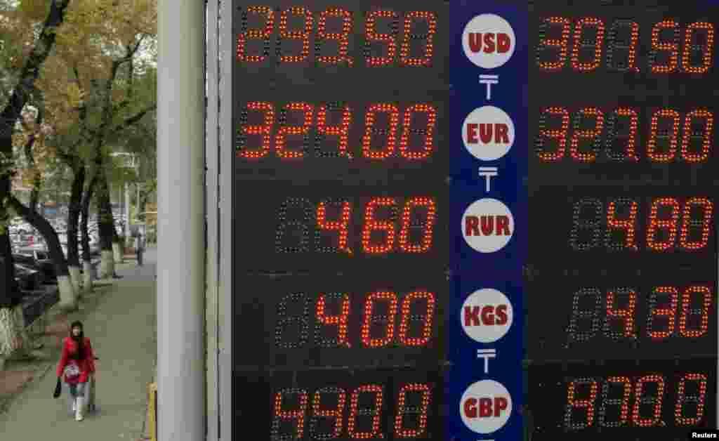 Қарашаның басында 1 АҚШ долларының бағамы 300 теңгеден асып кетті. Алматы, 5 қараша 2015 жыл.
