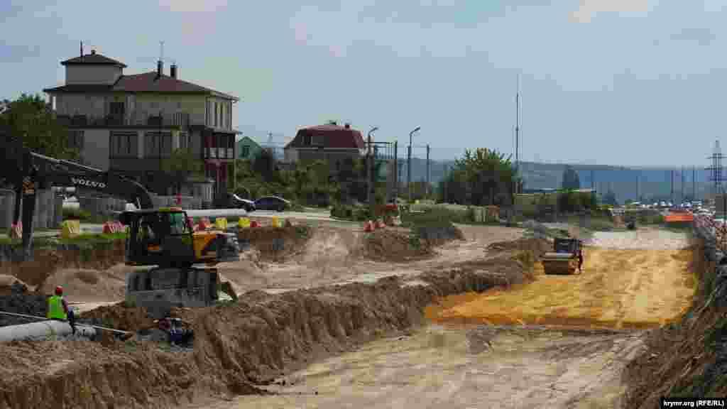 Будівельники укладають основу для двох нових смуг руху