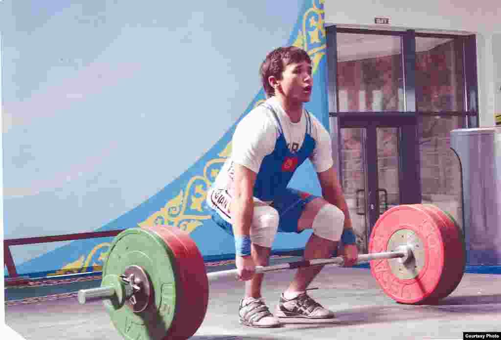 Тяжелоатлет Бекзат Осмоналиев понесет государственный флаг КР на торжественной церемонии открытия Олимпийских игр