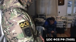 """ФСБ """"Украина жсосулари""""ни қидирибгина қолмай, қримтатарларнинг уйларида ҳам тинтувлар ўтказмоқда. 2020 йил 16 мартда олинган сурат."""