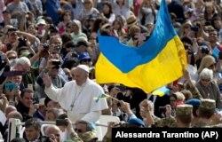 Папа Римський Франциск і українські військові на площі Святого Петра у Ватикані, 25 травня 2016 року