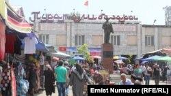 Кара-Суу районунда жайгашкан «Туратали» базарынын кире бериши.