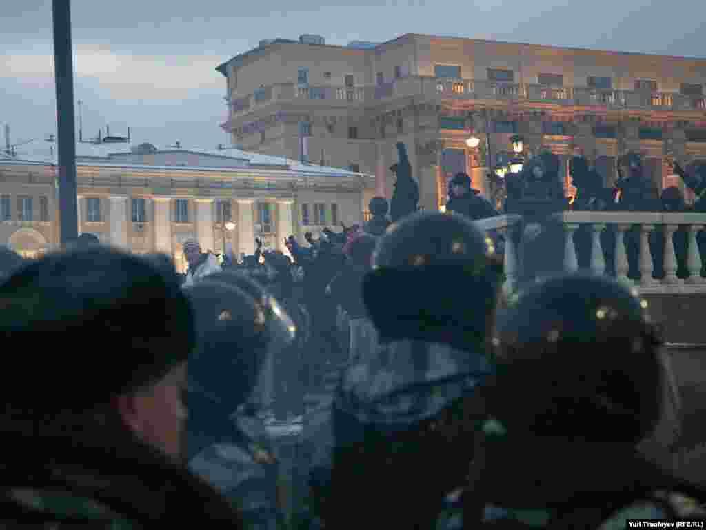 Dekabrın 11-də futbol azarkeşləri və millətçi hərəkatların fəalları Moskvanın mərkəzində aksiya keçiriblər. Aksiya sonradan iğtişaşlara çevrilib. Onlar Manej meydanından keçən Qafqaz əsilli vətəndaşları amansızcasına döyüblər. Aksiyaya səbəb dekabrın 6-da kütləvi davada «Spartak» azarkeşi Yeqor Sviridovun öldürülməsidir. Onun qafqazlı tərəfindən öldürüldüyü bildirilir.