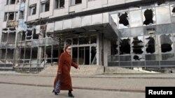 Ուկրաինա - Մարտական գործողոությունների հետևանքով վնասված շենք Դոնեցկում, 15-ը ապրիլի, 2015թ․