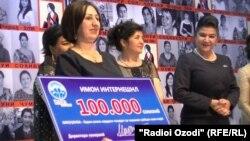 """Победительница конкурса """"Фарах-2016"""" Манзура Гафурова получила приз в 100 тысяч сомони"""