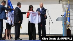 Ека Згуладзе отримує символічний подарунок від президента і прем'єра під час присяги поліції