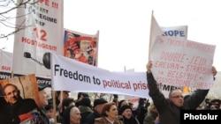 Արխիվ -- Ընդդիմադիր ակտիվիստների բողոքի ցույցը կալանավորված ընդդիմադիրներին ազատելու պահանջով, 18-ը հունվարի, 2011թ.