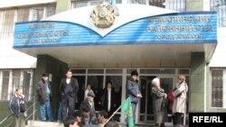 У Алмалинского районного суда города Алматы.