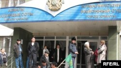 У здания суда в Алматы. Иллюстративное фото.