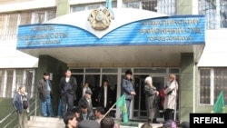 Сторонники лидеров оппозиции собрались перед зданием Алмалинского районного суда города Алматы. Март 2009 года.