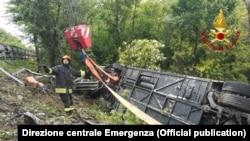 Туристический автобус вылетел с дороги и упал в овраг в итальянском регионе Тоскана. 22 мая 2019 года.
