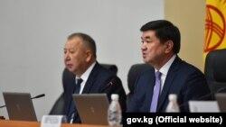 Премьер-министр Мухаммедкалый Абылгазиев (справа) на заседании правительства. 15 февраля 2019 года.