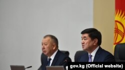 Премьер-министр Мухаммедкалый Абылгазиев (справа) и первый вице-премьер-министр Кубатбек Боронов. Архивное фото.