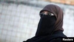 Женщина пришла с закрытым лицом в здание местного муниципалитета