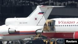 Американский и российский самолеты в венском аэропорту, 9 июля 2010