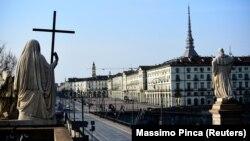 Իտալիա - Թուրինի սովորաբար մարդաշատ Վիտորիո Վենետո հրապարակը դատարկ է, մարտ, 2020թ.