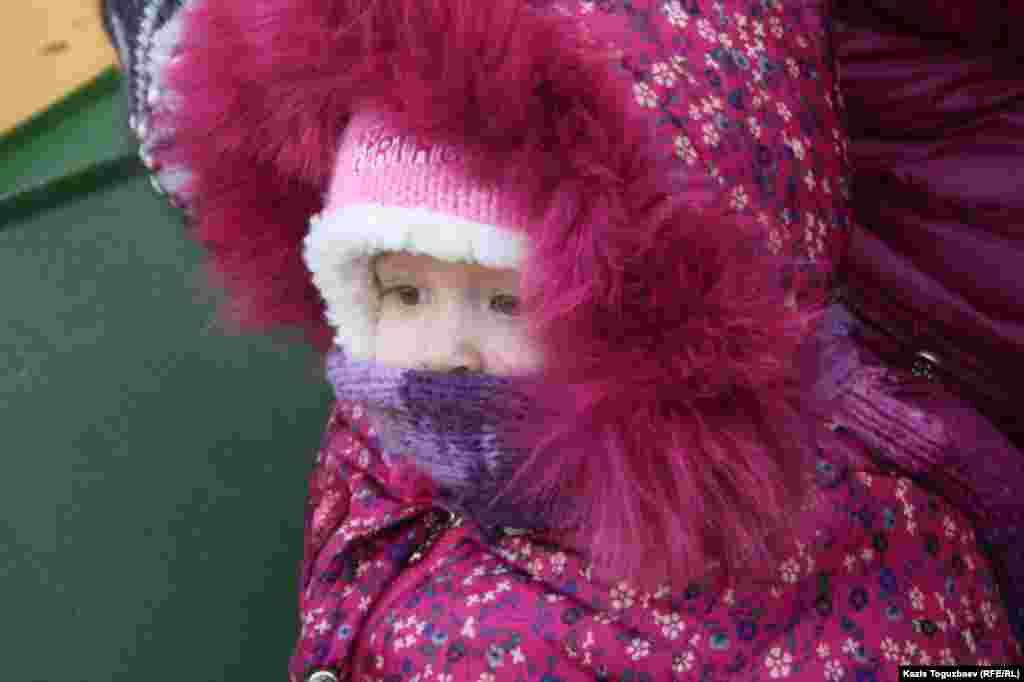 Девочка возле Свято-Вознесенского собора. Алматы, 7 января 2014 года.