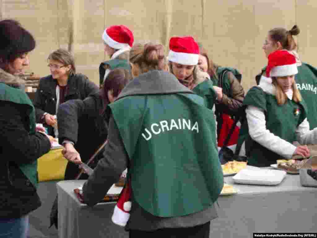 Українські студенти італійських вишів готують столи для частування з національною випічкою. Солодощі приготували сестри-служниці осередків УГКЦ в Італії.