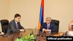 Նախագահ Սերժ Սարգսյանը ԱԱԽ աշխատակազմին ներկայացնում է խորհրդի նորանշանակ քարտուղար Արմեն Գևորգյանին: 6-ը հունիսի, 2016 թ․